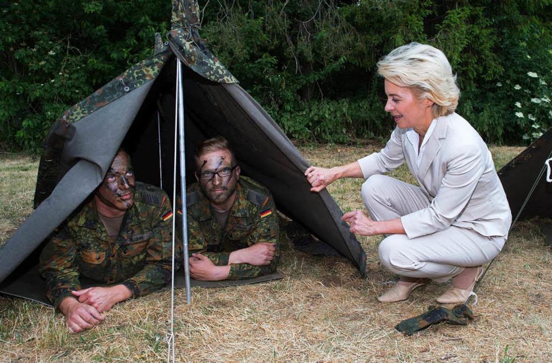 Verteidigungsministerin von der Leyen bei Bundeswehrsoldaten  | Foto: dpa