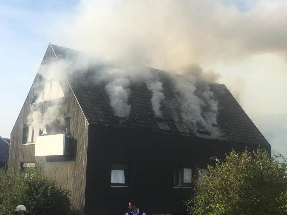Es raucht aus den Fenstern im Dachstuhl.    Foto: Feuerwehr Sölden