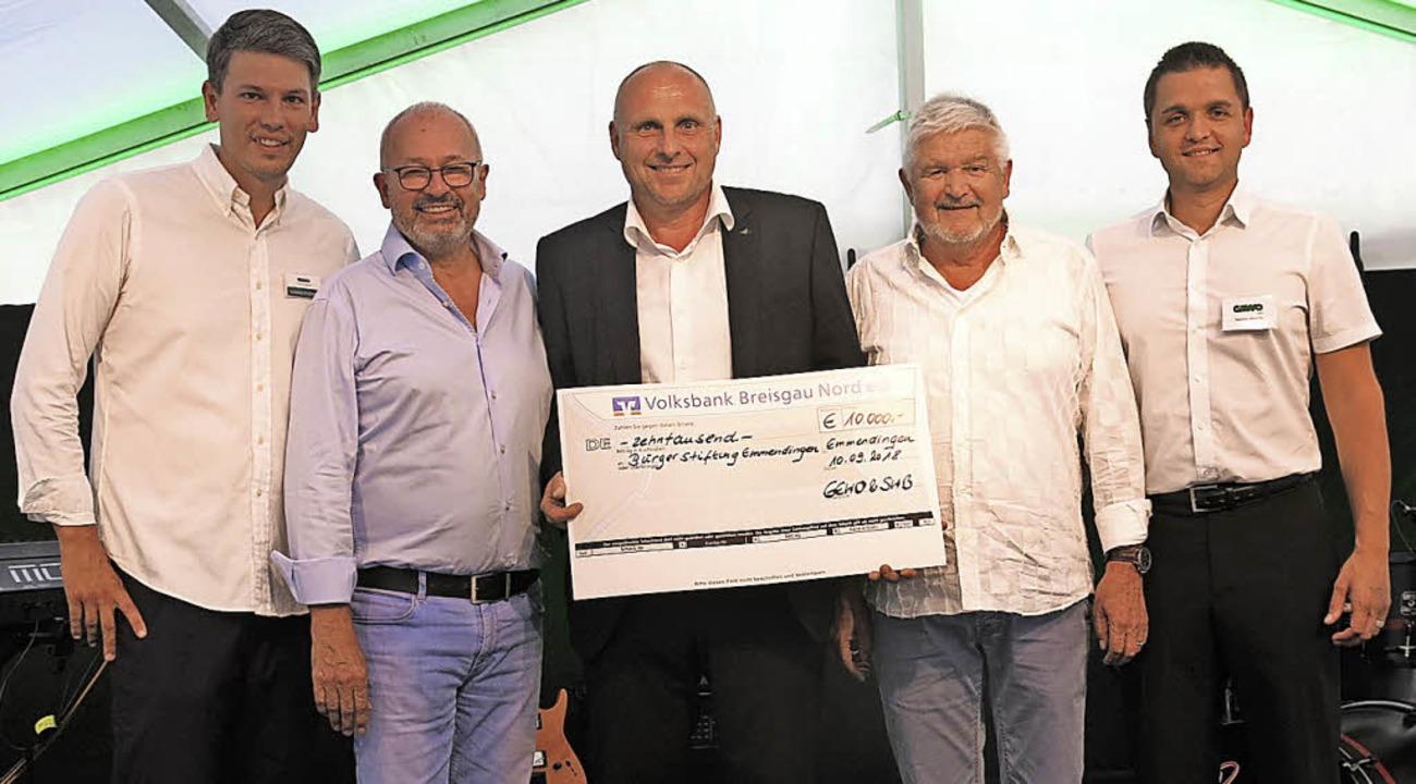 Spendenübergabe der Bauherren an die S...bau) und Dennis Wehrle (GEWO Teningen)  | Foto: Georg Voß