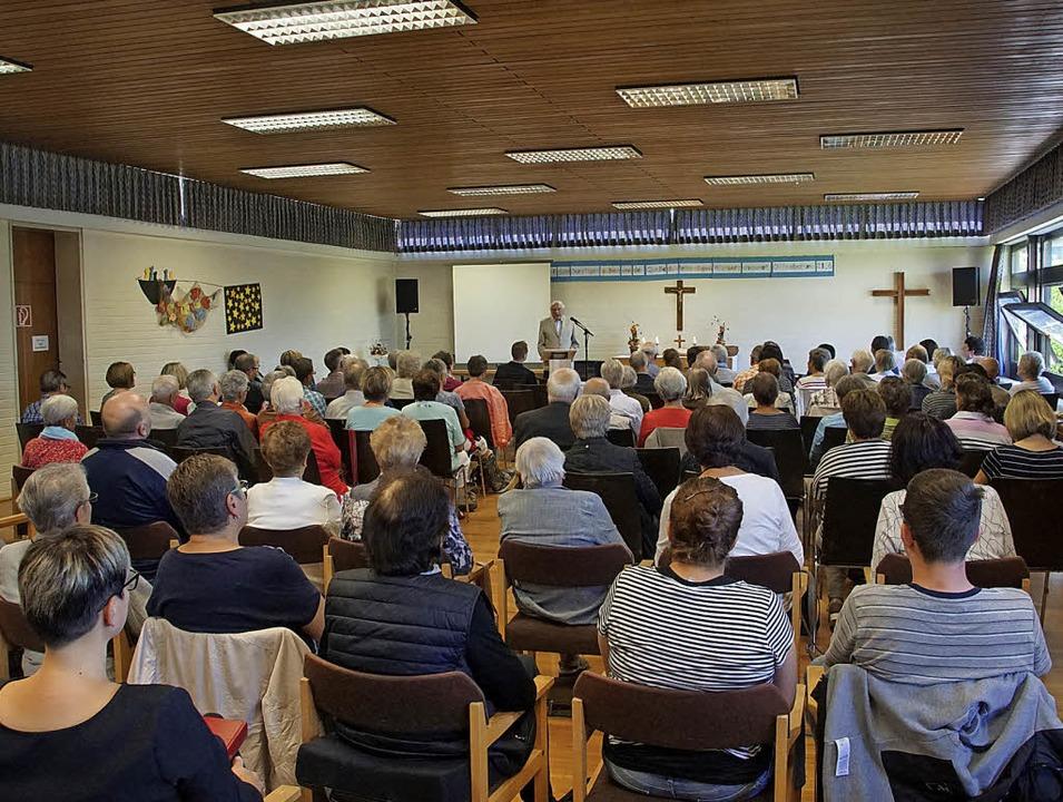 Mit einem Gottesdienst verabschiedeten...inde und viele Gäste vom Gemeindehaus.  | Foto: Ilona Hüge