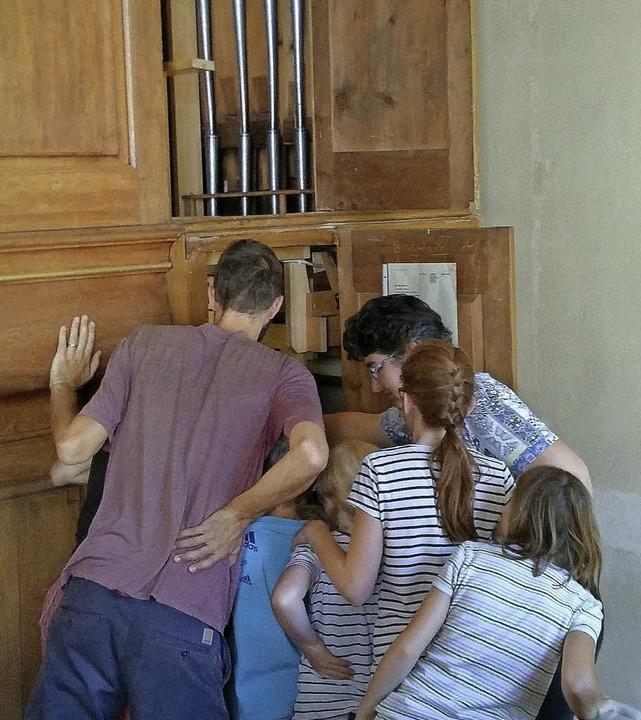 Neugierig inspizieren Jugendliche und Kinder  die Orgel.   | Foto: Privat