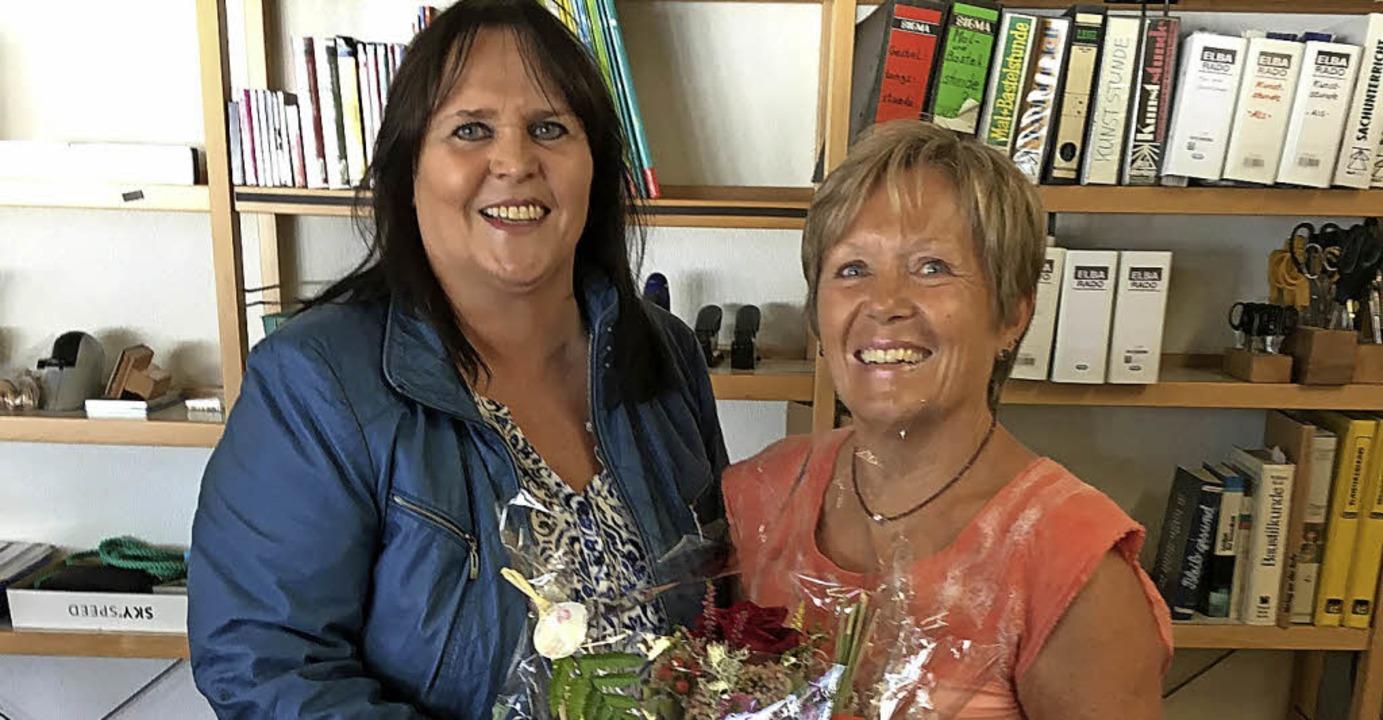 Bürgermeisterin Janette Fuchs (links) ...25 Jahre an der Rudolf-Eberle-Schule.   | Foto: Jörg Oehler