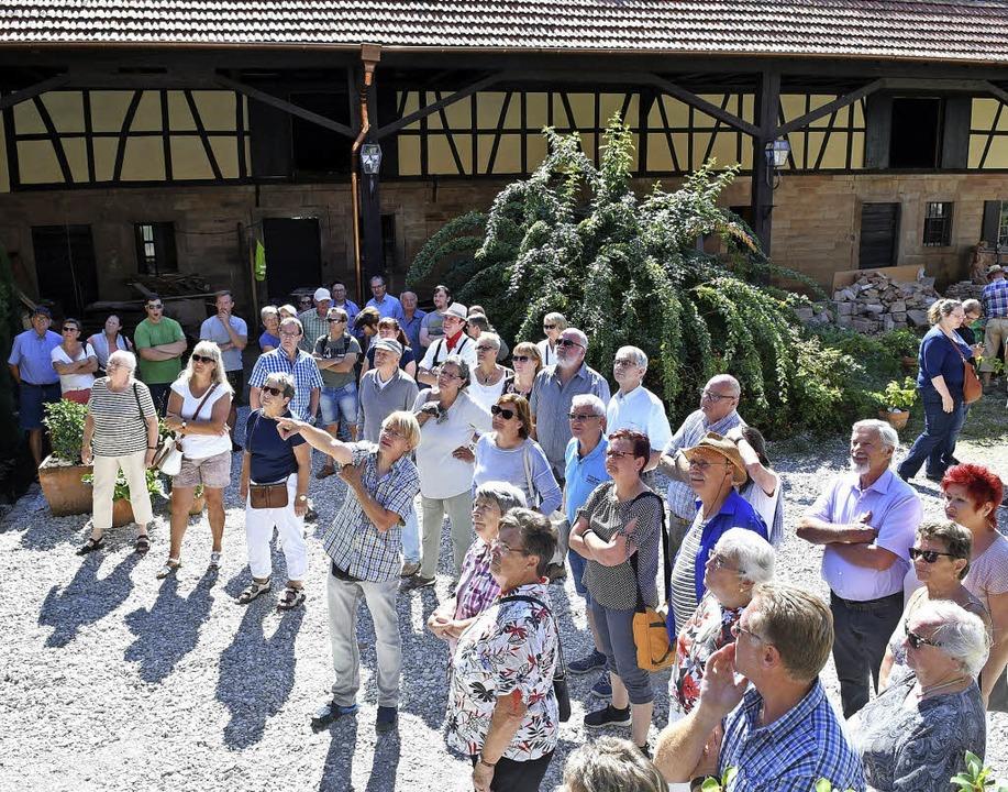 Bernd Langner (im karierten Hemd) führte die Besucher über den Hof.   | Foto: Wolfgang Künstle