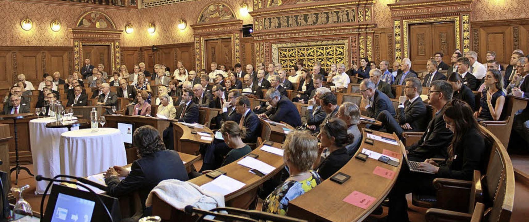 Mehr als 200 Gäste  im Basler Großratssaal   | Foto: Metrobasel