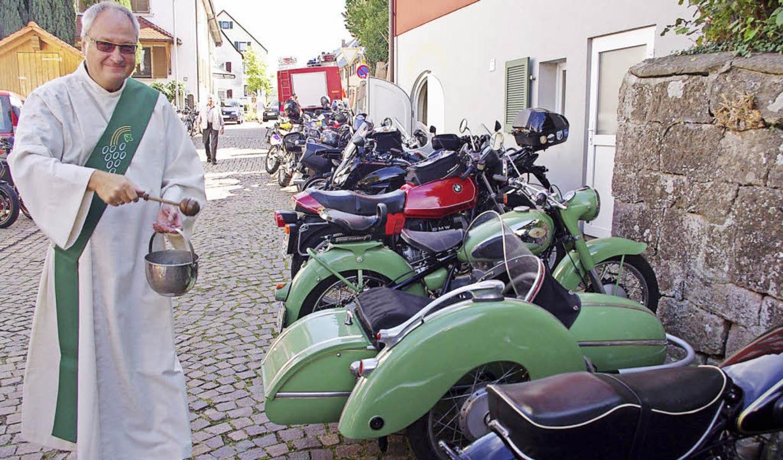Diakon Herbert Kausch weiht Motorräder beim Motorradgottesdienst.  | Foto: Annika Sindlinger
