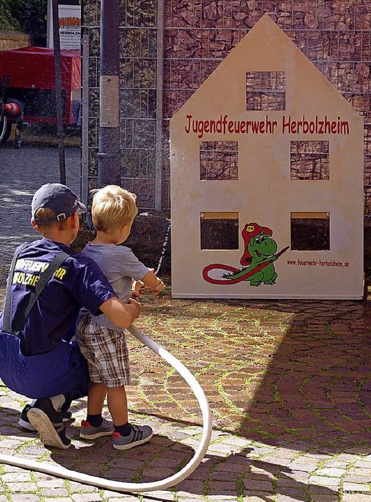 Löschübung für Kinder beim Tag der off...Tür der Feuerwehrabteilung Wagenstadt   | Foto: Annika Sindlinger