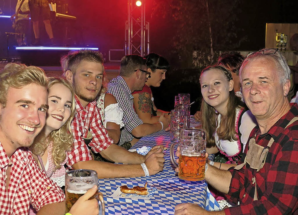 Lederhose und Dirndl beim Oktoberfest in Schuttern   | Foto: privat