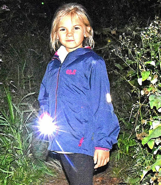 Die siebenjährige Marie ist mit ihrer Taschenlampe gut gerüstet.  | Foto: Andrea Steinhart