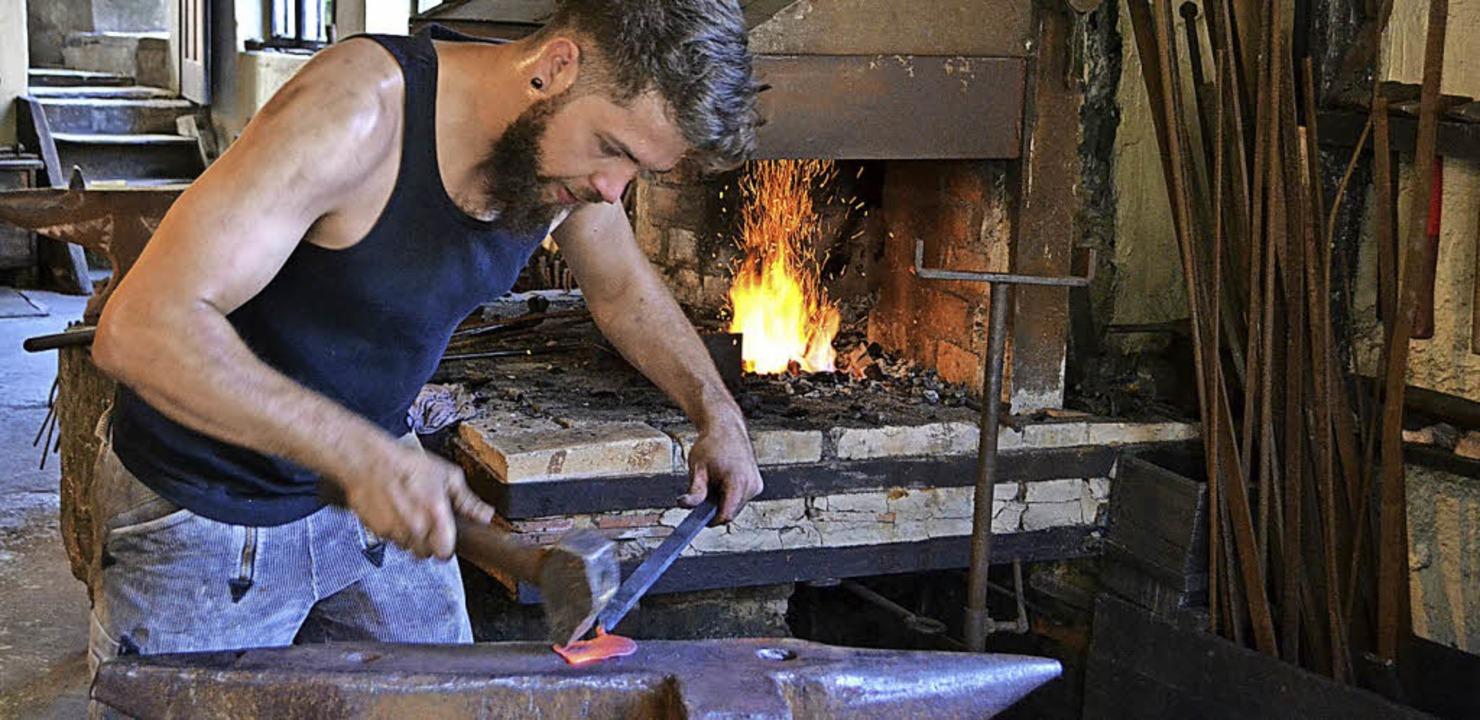 Schmiede  bringen das   heiße Eisen in die gewünschte Form.     Foto: p. berger