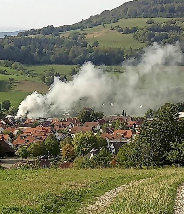 Der Rauch des brennenden Wohnhauses in...ergkapelle aus aufgenommen worden ist.    Foto: Stefan Wetzel