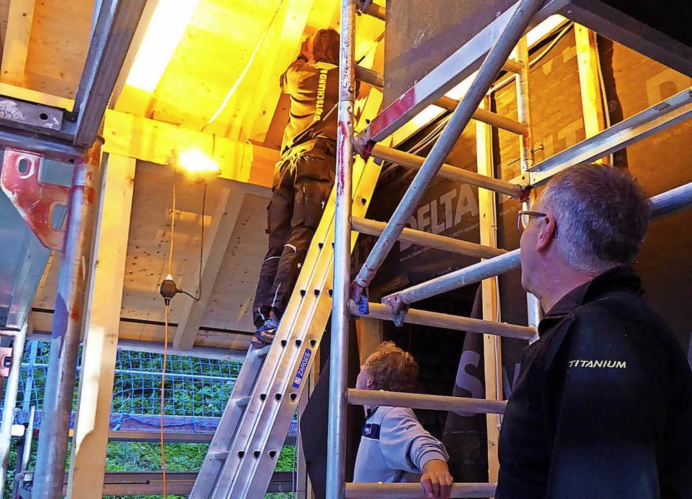 Jürgen Benitz auf der Leiter, während ... Schlegel schauen, ob alles aufgeht.    | Foto: Peter Stellmach