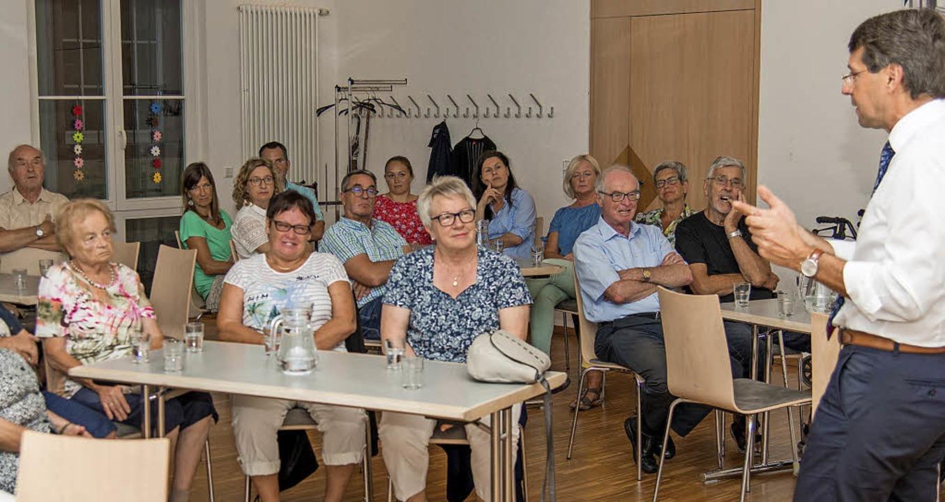Bürgermeister Metz im Gespräch mit Bürgern über seine bisherige Arbeit im Amt   | Foto: Olaf Michel