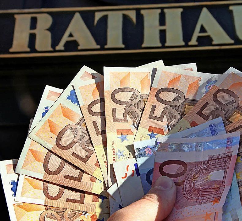 Im Ruster Rathaus werden deutlich höhere Steuereinnahmen erwartet.  | Foto: DPA