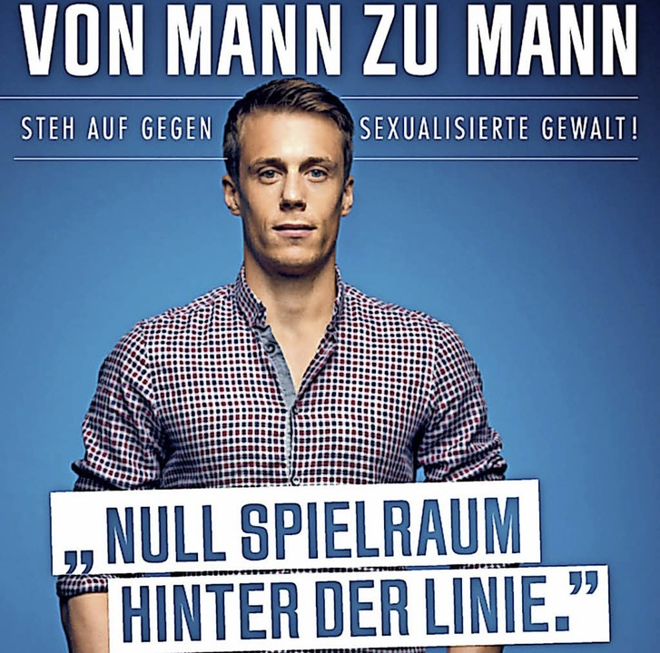 SC-Torwart Alexander Schwolow steht hi...nd ist auf einem der Plakate zu sehen.  | Foto: Frauenhorizonte
