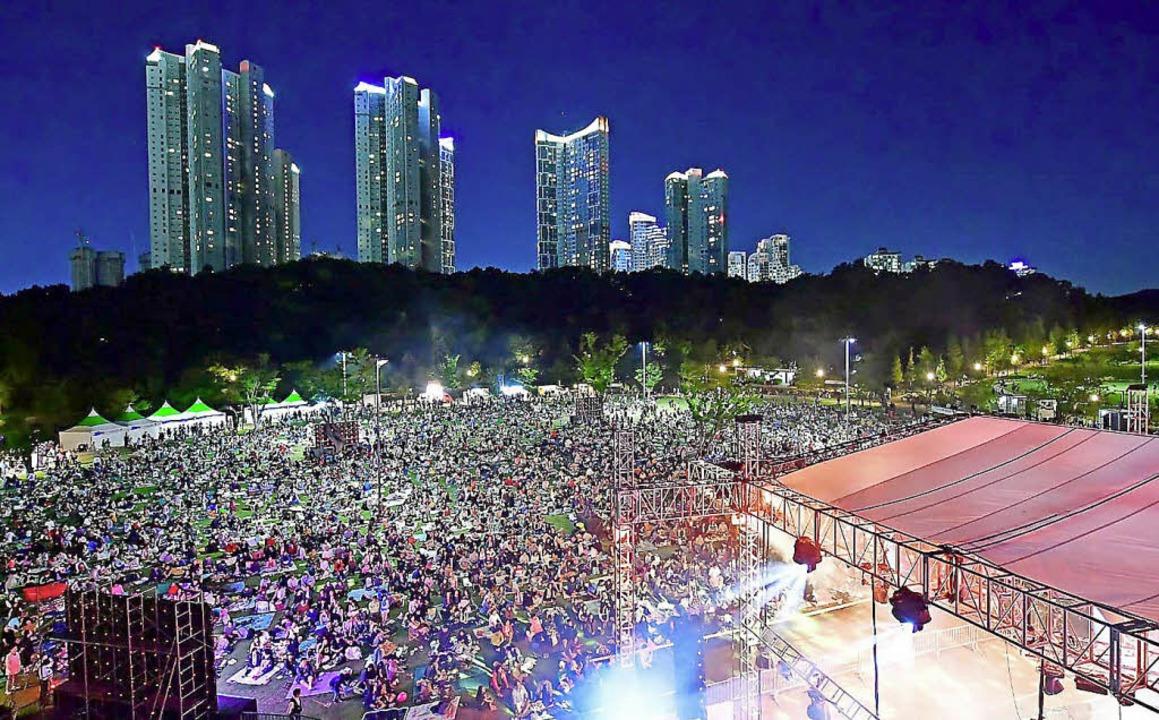 Vor solchen Kulissen sang der Freiburger Jazzchor in Korea.  | Foto: Privat