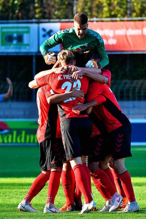 Das ist der Gipfel. SC-Keeper  Niclas ... Sieg gegen die Offenbacher Kickers.    | Foto: Achim Keller