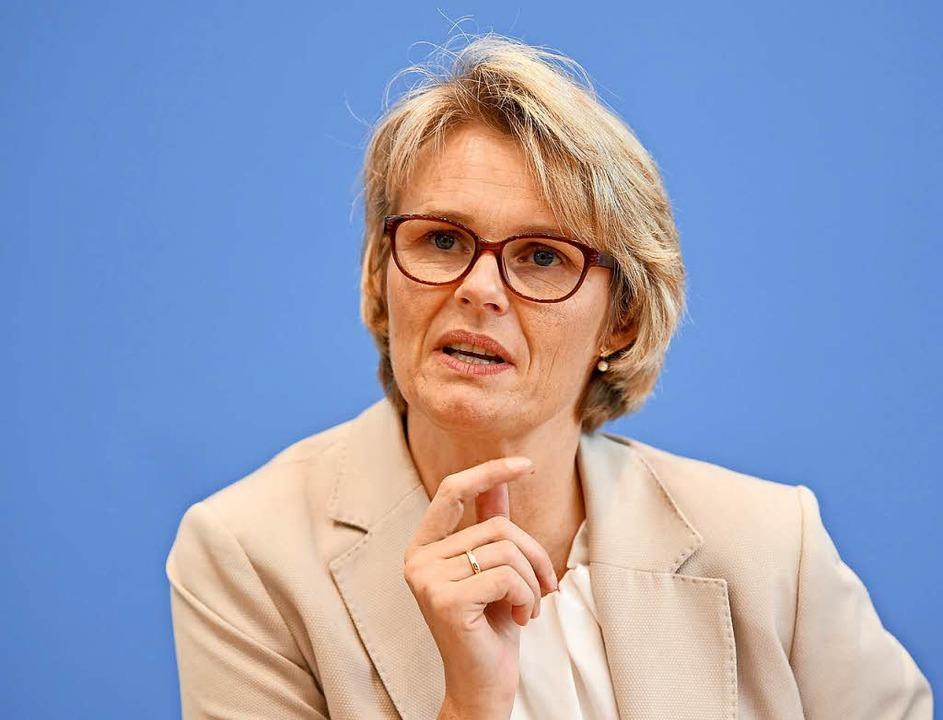 Anja Karliczek (CDU), Bundesbildungsmi... bei der Vorstellung des OECD-Berichts  | Foto: dpa