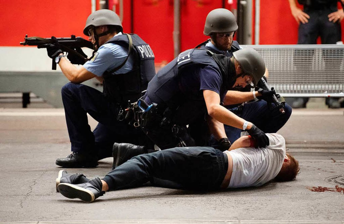 Übung: Polizei simuliert Terroranschläge am Bahnhof in Stuttgart  | Foto: dpa