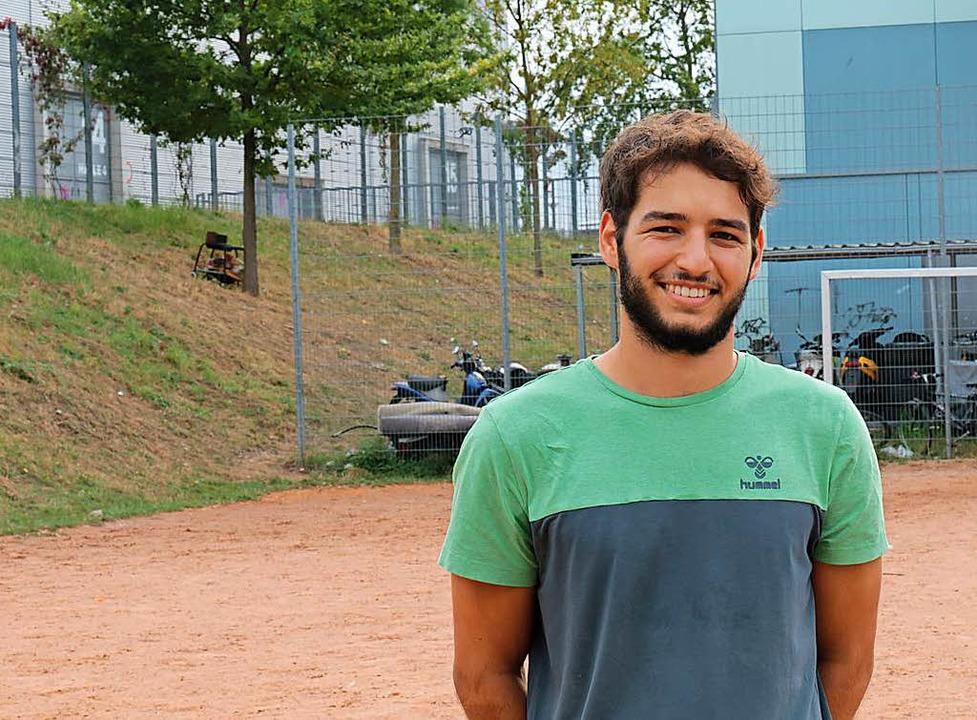 Christoph Becker trainiert seit 2015 m...lüchteten Kindern in Freiburg Fußball.  | Foto: Alexander Link
