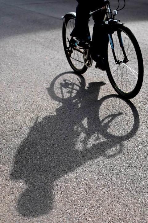 Die Polizei sucht nach dem unbekannten Radfahrer.   | Foto: Symbolbild: Britta Pedersen (dpa)