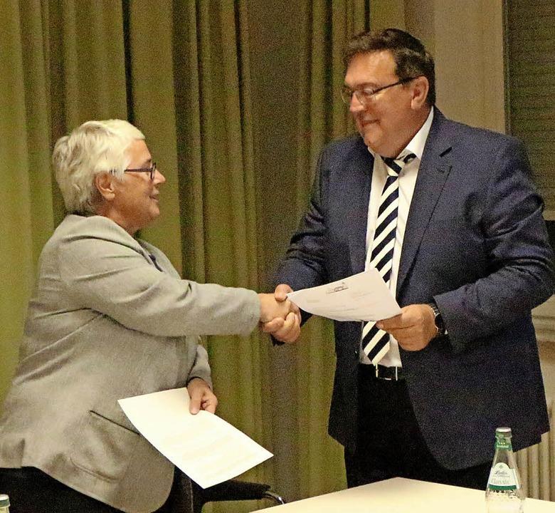 Gemeinderätin Iris Schillinger verpfli...tältesten Bürgermeister im Landkreis.   | Foto: Helmut Hassler