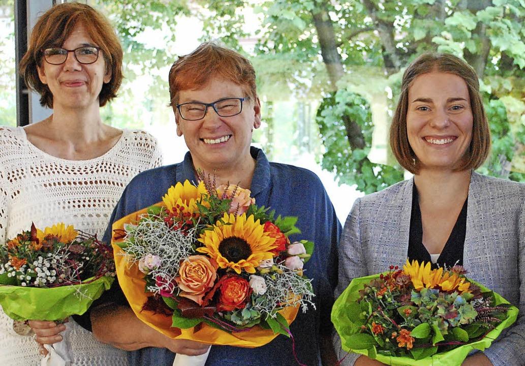 Neue Leiterin der Stadtbibliothek wird...ei zuständige Sarah Dinger (von links)  | Foto: Sylvia-Karina Jahn