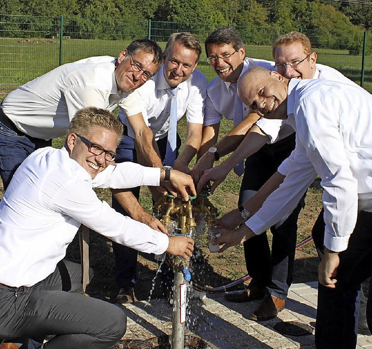Die sechs Bürgermeister drehen gemeinsam den Hahn auf.     Foto: Adelbert Mutz