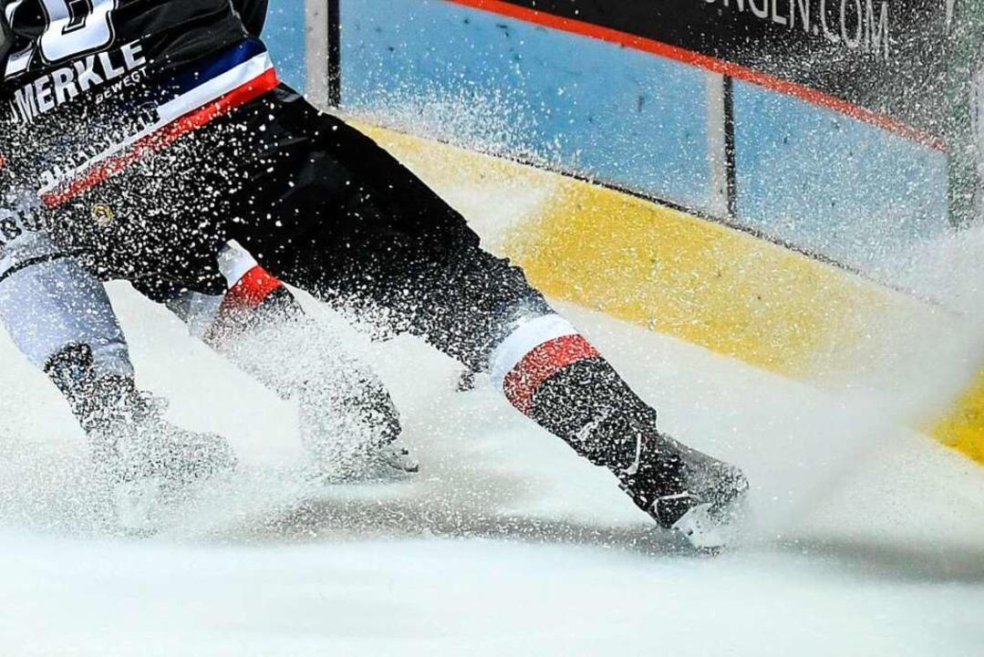 Das Eis spritzte beim Testspiel der Freiburger gegen Schwenningen im August.  | Foto: Patrick Seeger