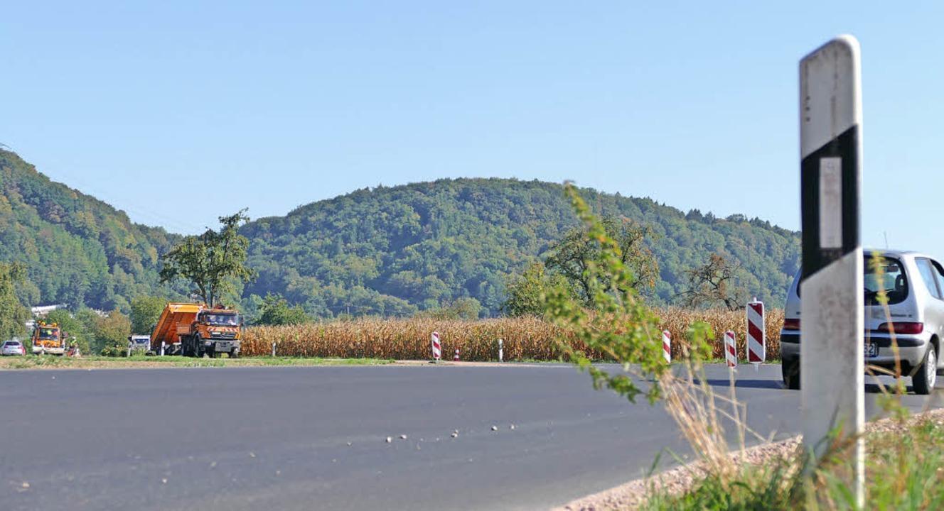 Die sanierte Fahrbahn gefällt den Orts...nur die Steine aus dem Bankett stören.  | Foto: Dorweiler