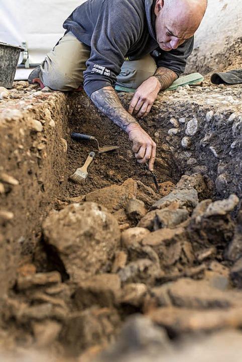 Die mit Keramikfragmenten gefüllte Grube wird sorgfältig ausgegraben.  | Foto: Kanton Basel-Stadt