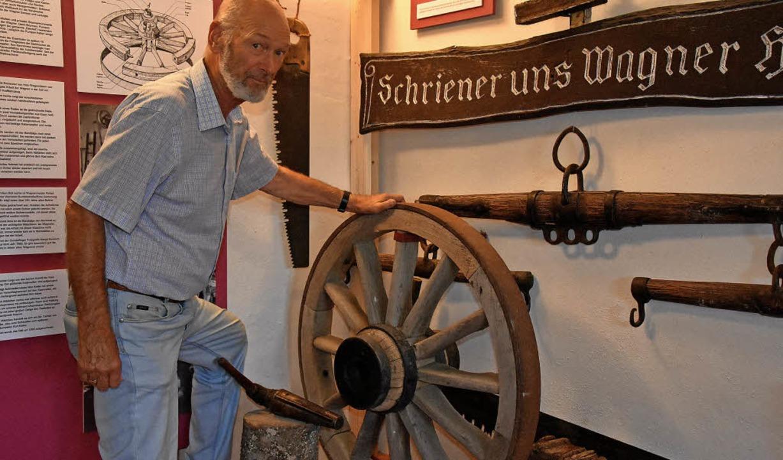 Hartwig Brutz zwischen den neuen Ausstellungsstücken im Englerbeck-Huus     Foto:  Andrea Steinhart/Arbeitskreis