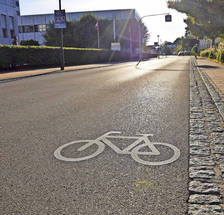 Die Hauptstraße in Maulburg wird wohl ...richtigen Radweg mit Streifen bleiben.  | Foto: Stefan Ammann
