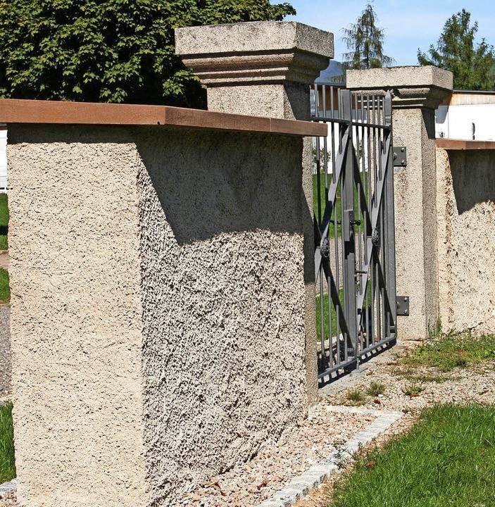 Die marode Mauer auf dem Fahrnauer Fri...s). Es gibt aber noch einiges zu tun.   | Foto: Marlies Jung-Knoblich