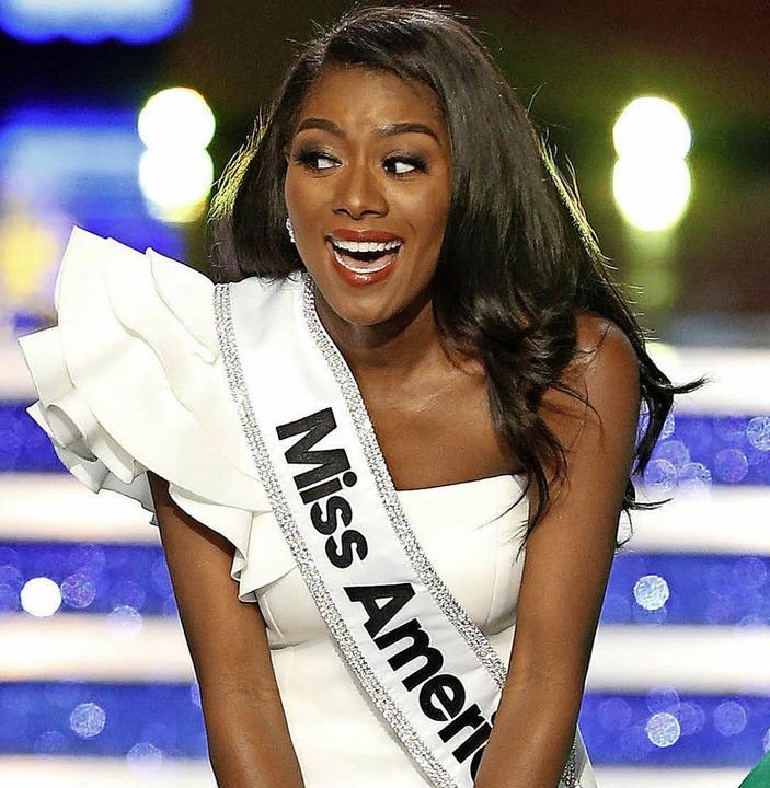 Nia Imani Franklin darf die Krone jetzt ein Jahr lang tragen.   | Foto: DPA