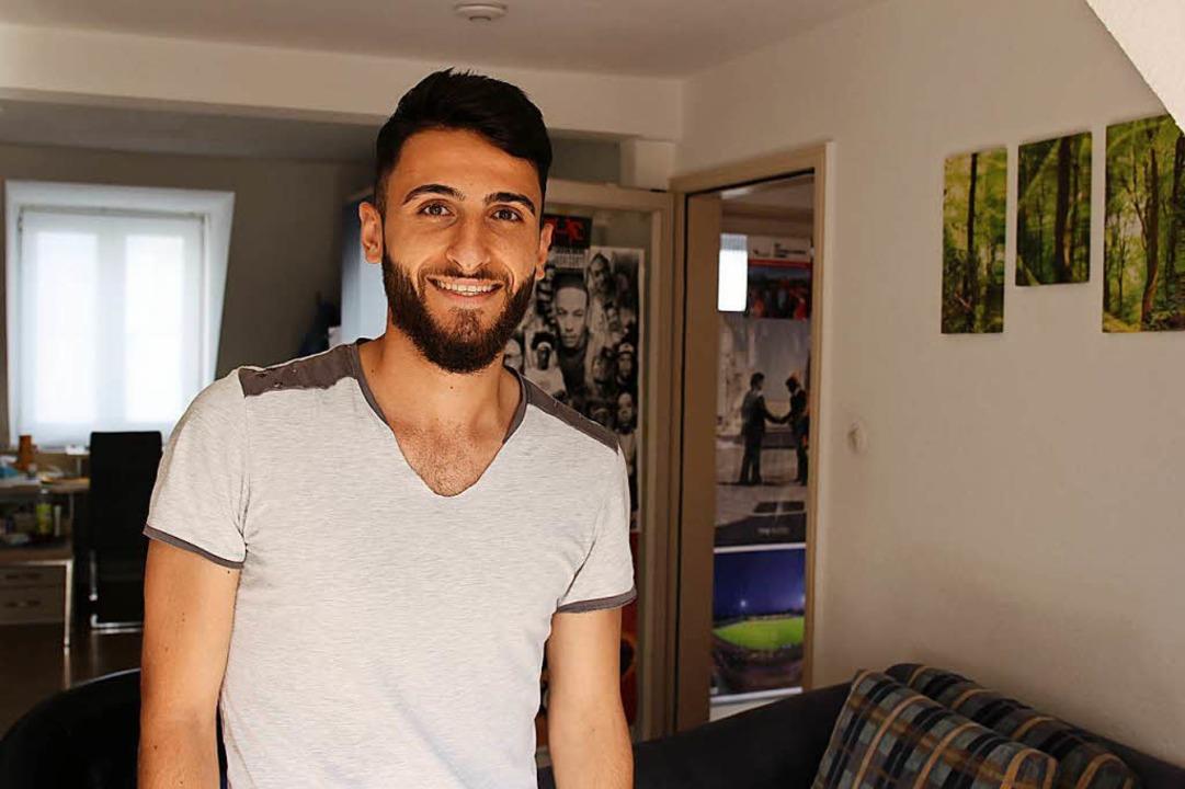 Yazan Hoshmi in seinem WG-Zimmer in Freiburg.    Foto: Tamara Keller