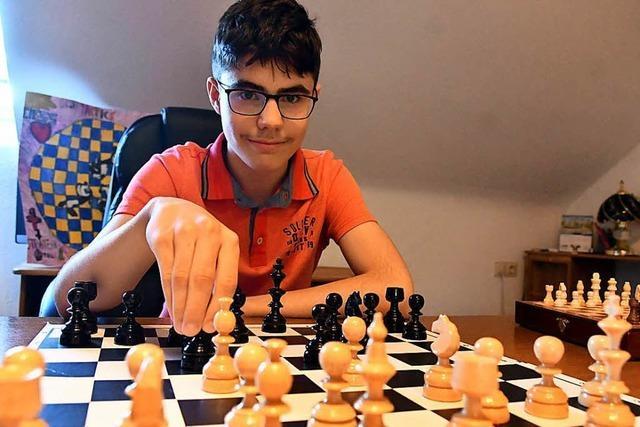 Dieser Junge ist 14 Jahre alt und möchte bei der Schachmeisterschaft der Herren teilnehmen