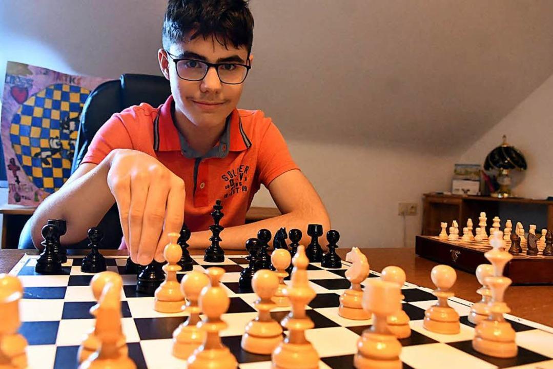 dieser junge ist 14 jahre alt und m chte bei der schachmeisterschaft der herren teilnehmen. Black Bedroom Furniture Sets. Home Design Ideas