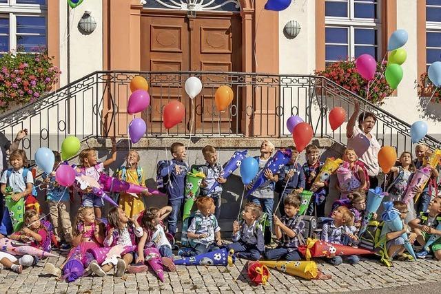 Kinder lassen bunte Ballons steigen