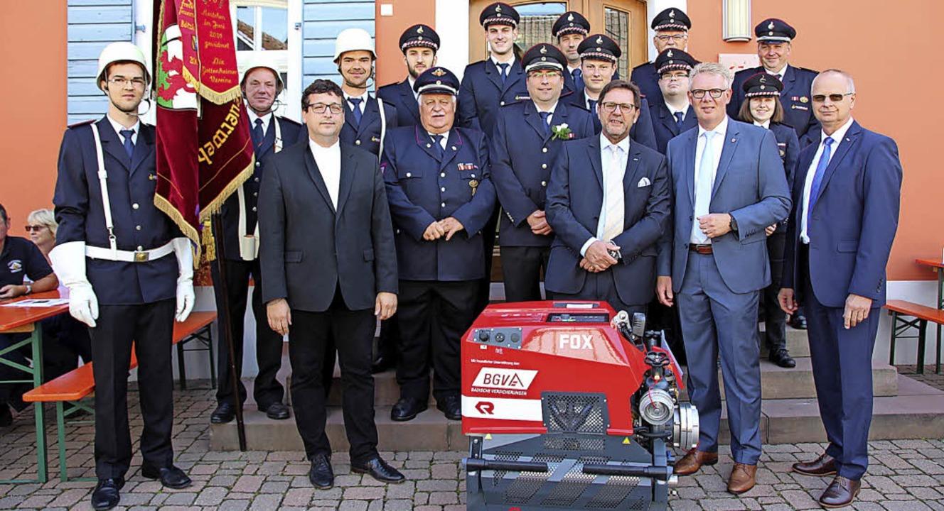 Gruppenbild mit Spritze: BGV-Versicher...et Gottenheimer Wehr ein neues Gerät.   | Foto: Schöneberg