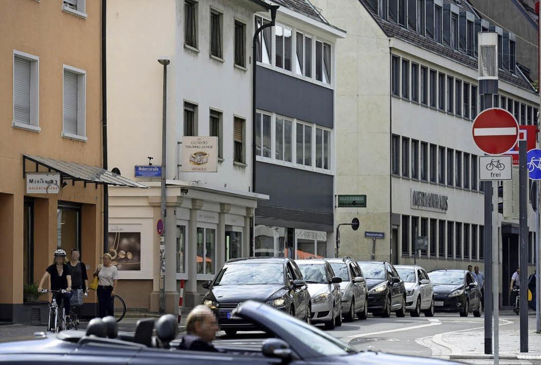 Die Autos stehen zwischen den Häusern ...Grafik), doch da kreuzt nun die Tram.   | Foto: Ingo Schneider