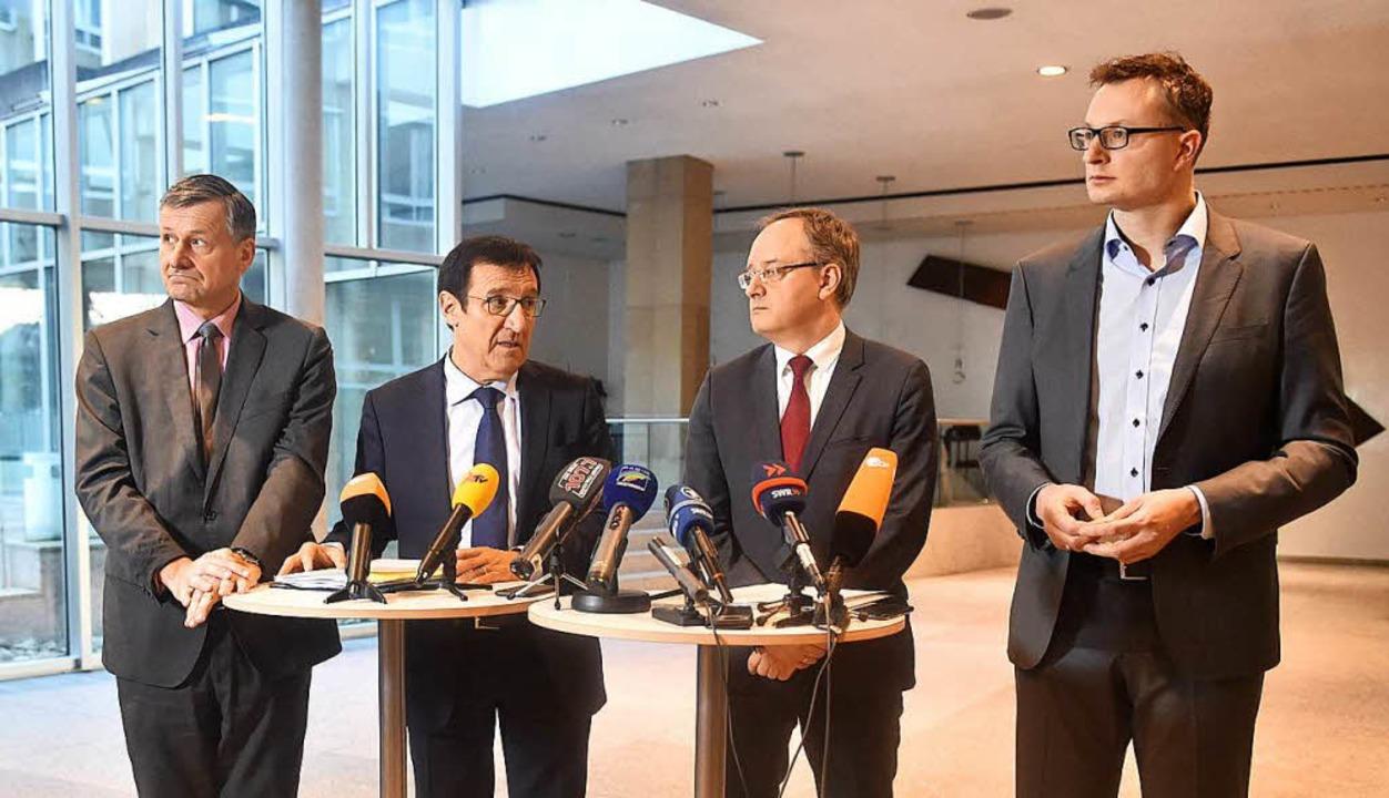 Der Fraktionsvorsitzende von Bündnis 9...d Andreas Stoch (SPD) zu Journalisten.  | Foto: dpa