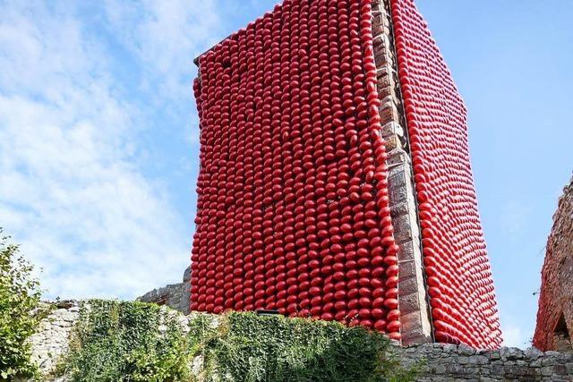 Aktionskünstler packt Burg Rötteln mit roten Luftballons ein
