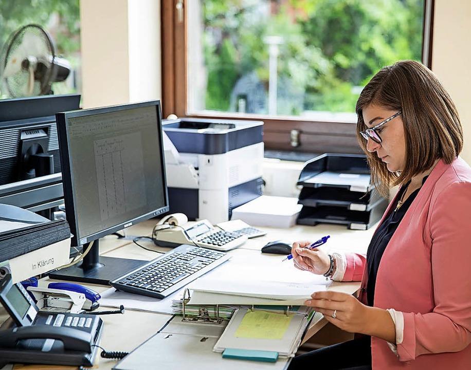 Schreibtischtätigkeiten findet sie nic...r Büromanagement genau das Richtige.      Foto: Daniel Karmann (dpa)