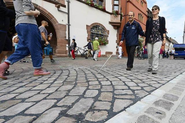 Pflaster in der Freiburger Innenstadt wird für Rollstuhlfahrer geglättet