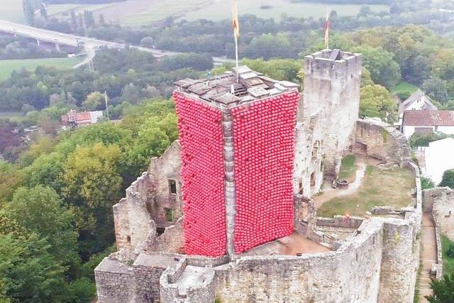 Video: Rote Ballons schmücken die Burg Rötteln über Lörrach
