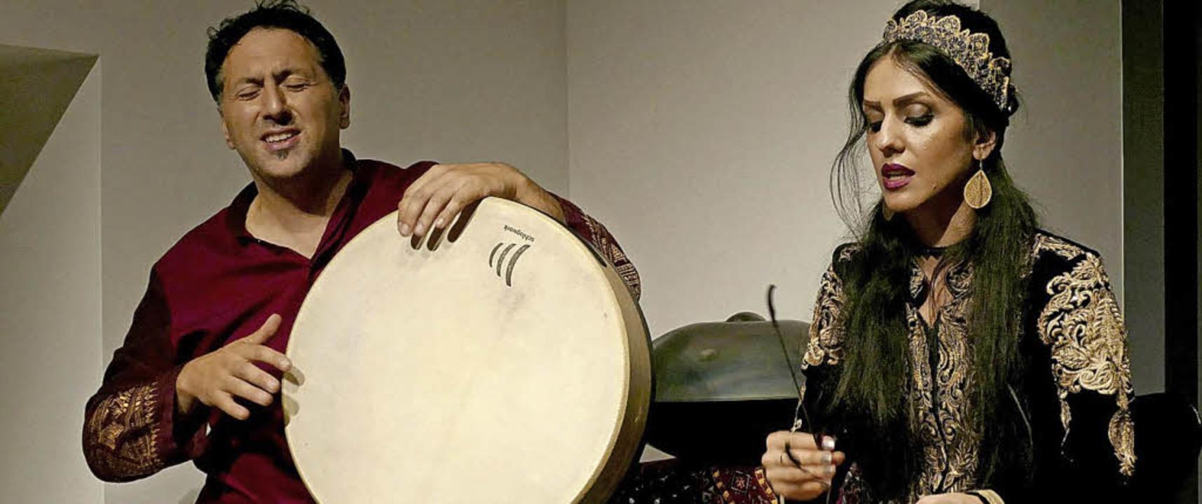 Murat Coskun, begleitet von Arezoo Rezvani   | Foto: Matthias Hilpert