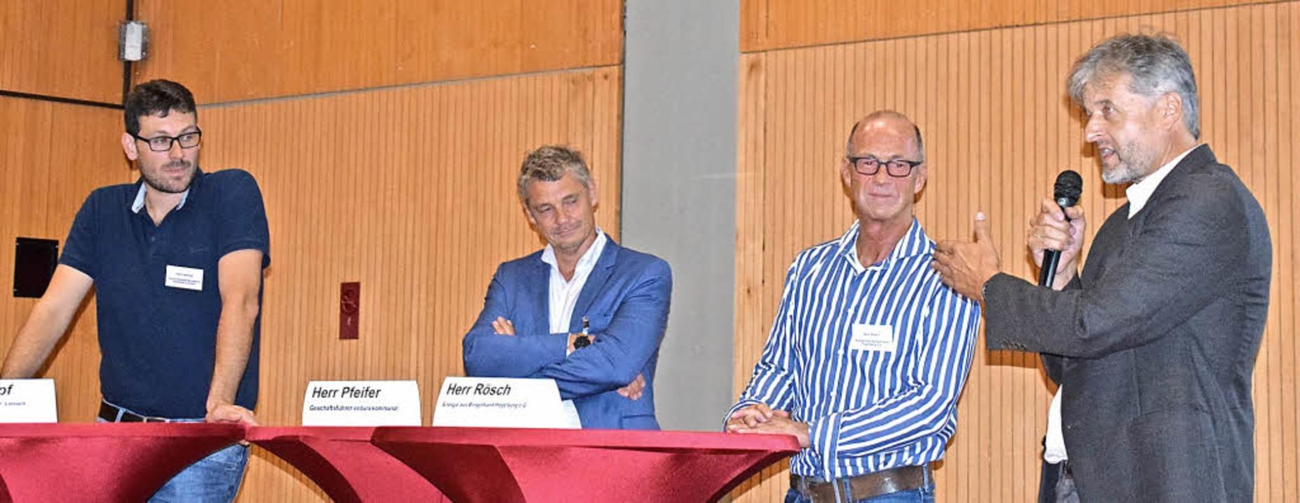 Im Gespräch mit den Bürgern (von links...berg) und Bürgermeister Gunther Braun.  | Foto: Stefan Ammann