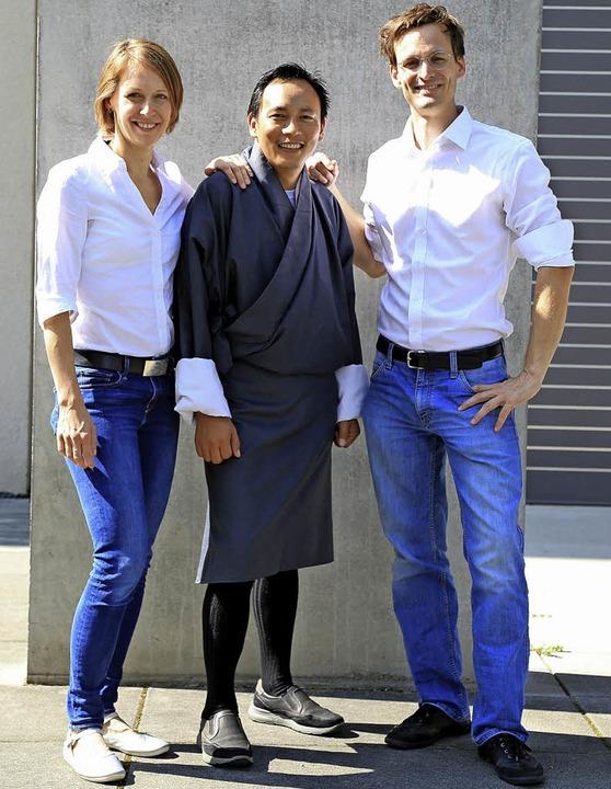 Gasey Lhendup mit seinen Reisepartnern...bern Christina Bauer und Fabian Herzog  | Foto: Privat