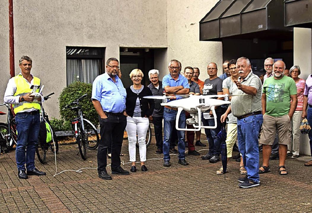 Auch der Drohnenflug über Höllstein vor der Veranstaltung stieß auf Interesse.  | Foto: Stefan Ammann