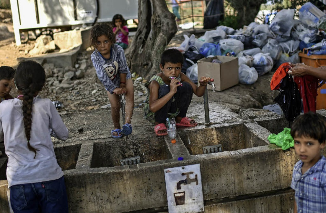Kinder an einer Waschstelle im Flüchtlingscamp Moria   | Foto: afp